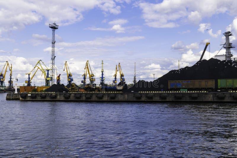 Guindaste de trabalho no porto, terminal de carvão, recipientes foto de stock