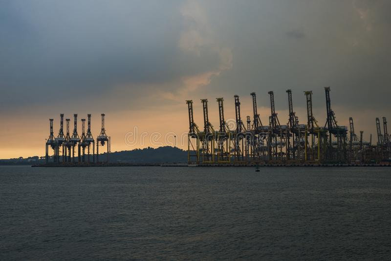 Guindaste do recipiente na doca de carga de Tanjong Pagar, Singapura fotografia de stock royalty free