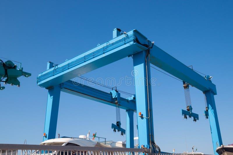 Guindaste do recipiente no porto marítimo imagens de stock