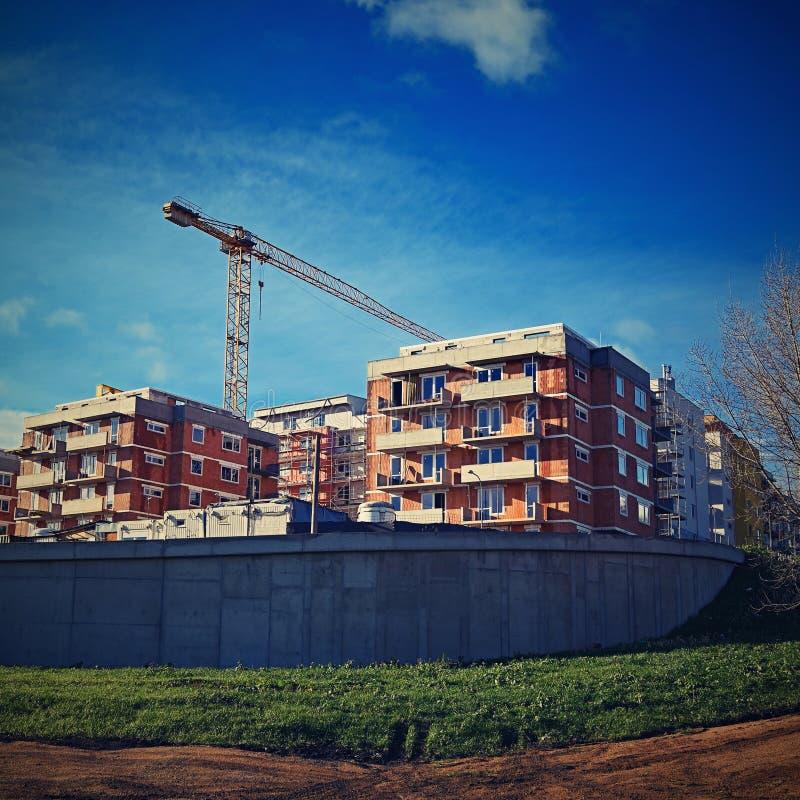 Guindaste e construção de construções novas Fundo bonito para a indústria da construção civil foto de stock