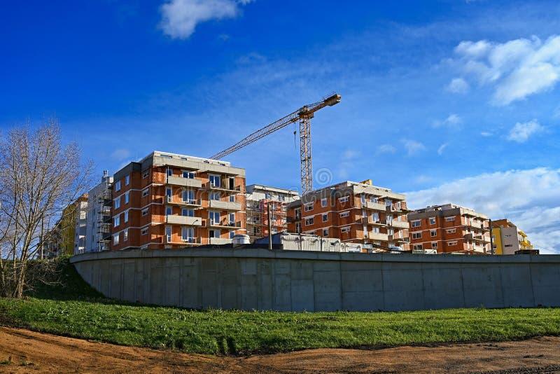 Guindaste e construção de construções novas Fundo bonito para a indústria da construção civil imagens de stock royalty free