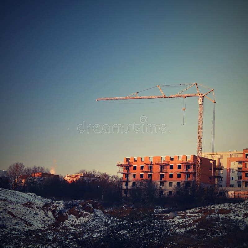 Guindaste e construção de construções novas Fundo bonito para a indústria da construção civil no por do sol foto de stock royalty free