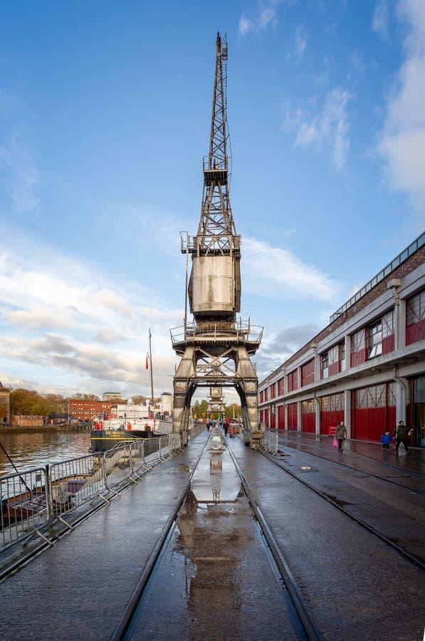 Guindaste e reflexão do vintage em Bristol Harbour em Bristol, Avon, Reino Unido fotos de stock royalty free