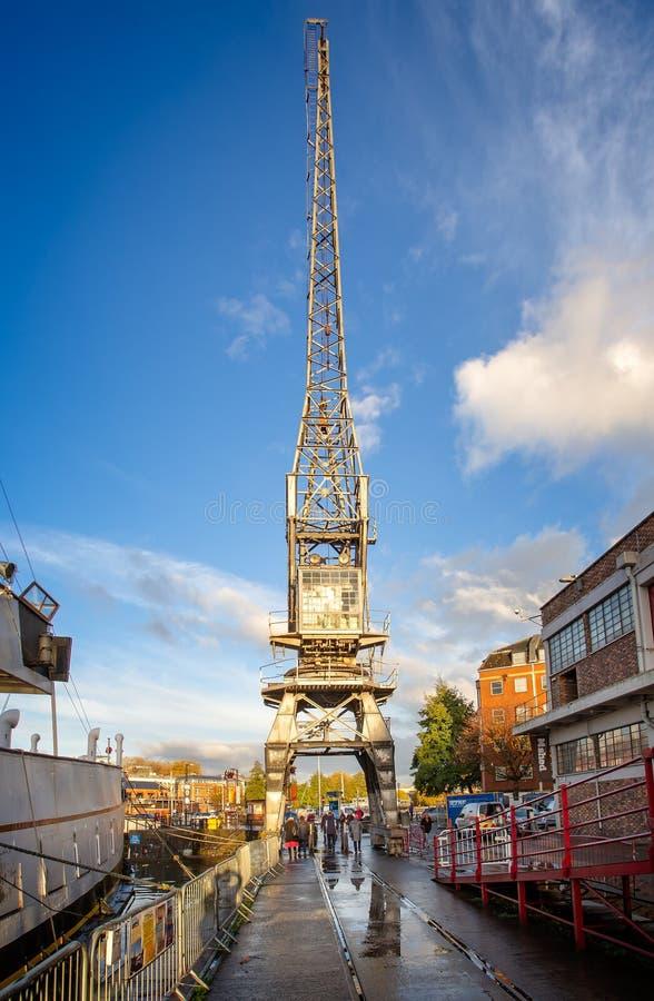 Guindaste e reflexão do vintage em Bristol Harbour em Bristol, Avon, Reino Unido fotos de stock