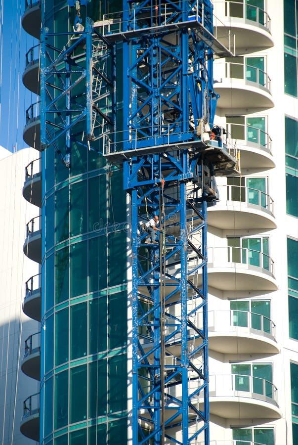 Guindaste e trabalhador de torre. imagem de stock