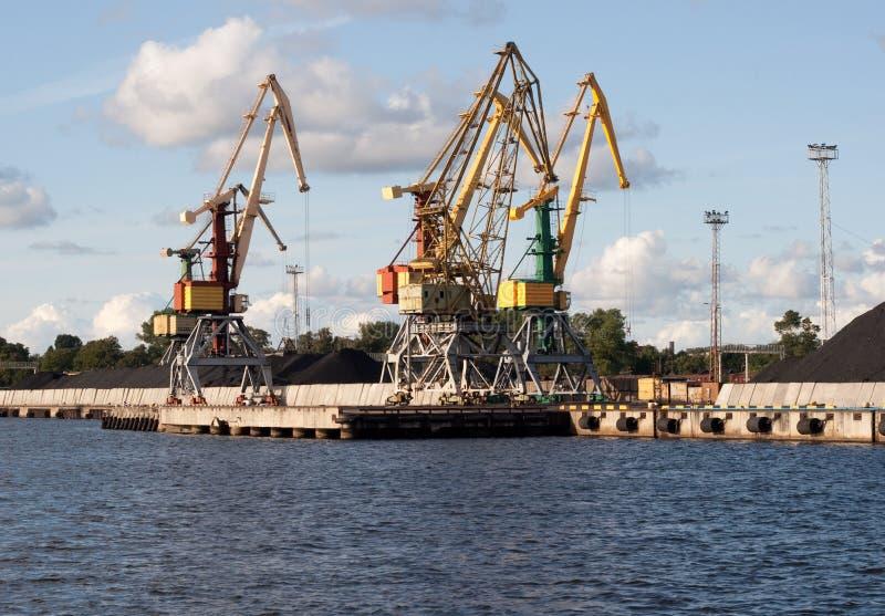 Guindaste em Ventspils foto de stock