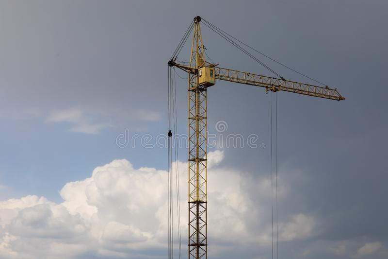 Guindaste industrial da constru??o da constru??o contra o c?u nebuloso cinzento fotos de stock