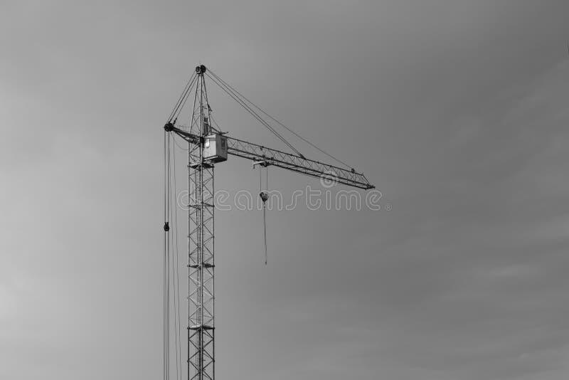 Guindaste industrial da constru??o da constru??o contra o c?u nebuloso cinzento imagem de stock royalty free