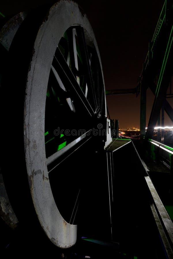 Guindaste Landschaftspark do elevador da roda do cabo, Duisburg, Alemanha, na noite imagens de stock royalty free