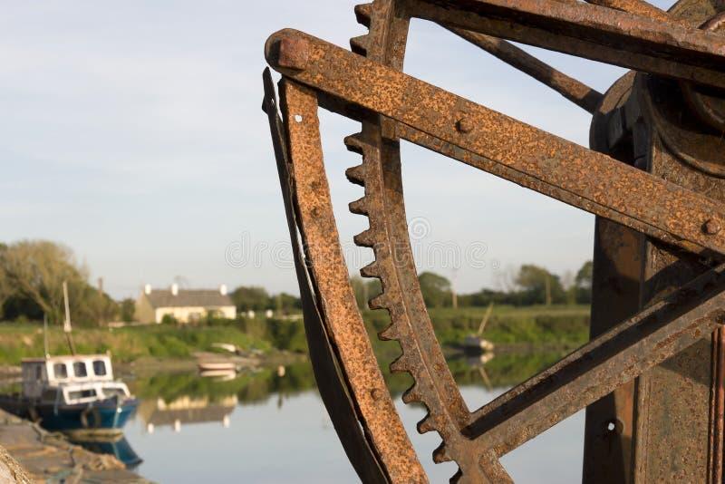 Guindaste mecânico velho no cais de Salleen fotos de stock royalty free
