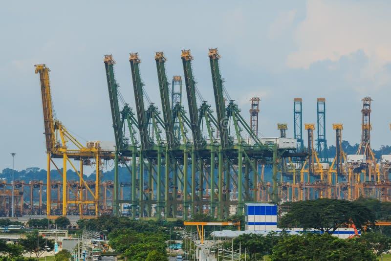Guindaste no porto marítimo, Singapura do elevador imagens de stock