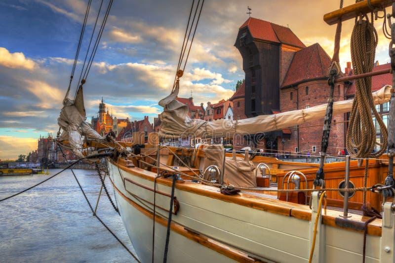 Guindaste portuário bonito e a cidade velha de Gdansk no por do sol, Polônia imagem de stock royalty free
