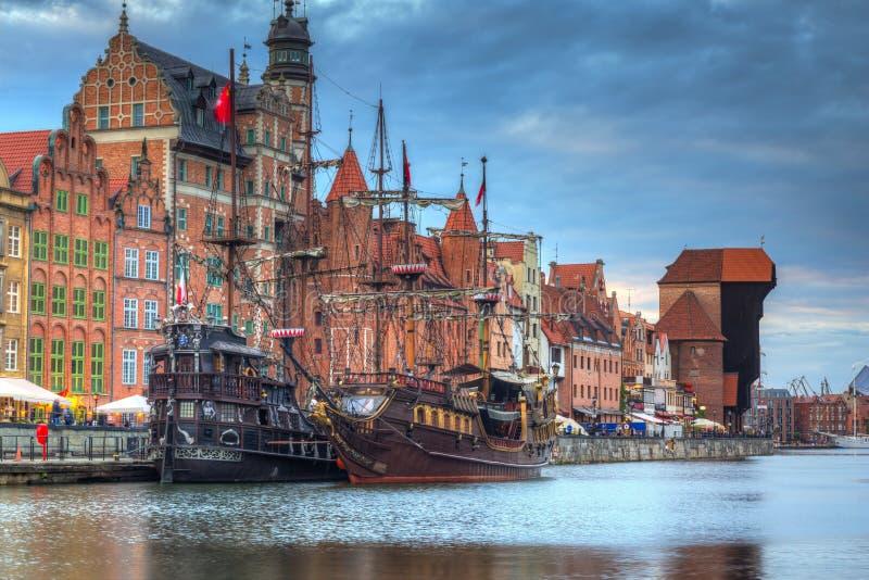 Guindaste portuário bonito e a cidade velha de Gdansk no por do sol, Polônia imagem de stock