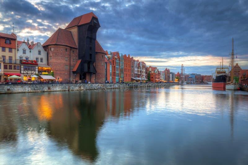 Guindaste portuário bonito e a cidade velha de Gdansk no por do sol, Polônia imagens de stock