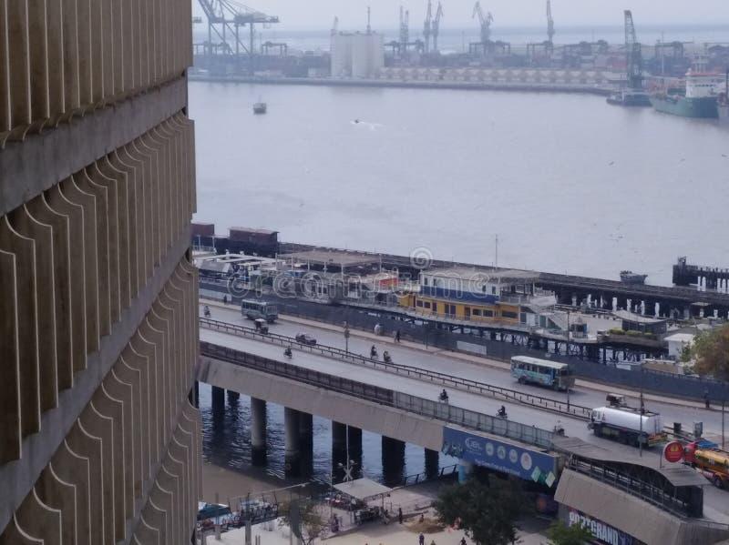 Guindastes altos dos veículos da ponte do rio das construções fotografia de stock