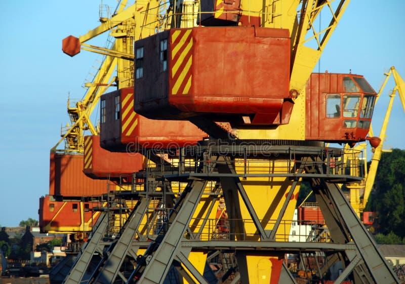Guindastes da carga alinhados no porto marítimo fotografia de stock