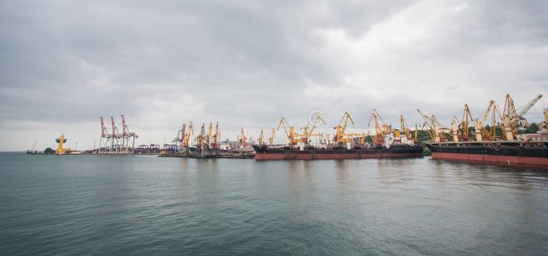 Guindastes da carga, navios e secador de grão de levantamento no porto marítimo de Odessa, o Mar Negro, Ucrânia fotos de stock