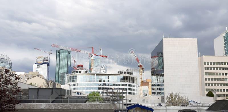 Guindastes de construção através do céu foto de stock royalty free