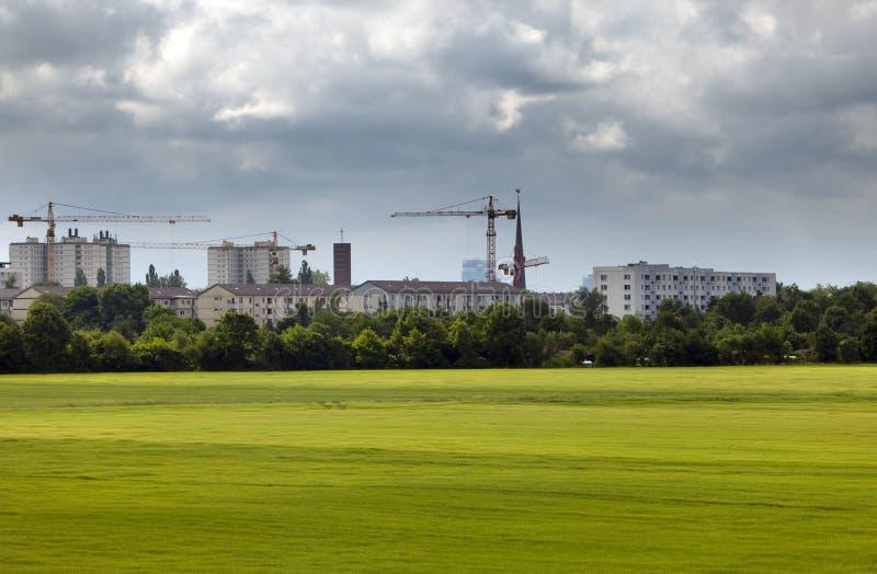 Guindastes de construção em construções novas na cidade pequena em Alemanha fotos de stock