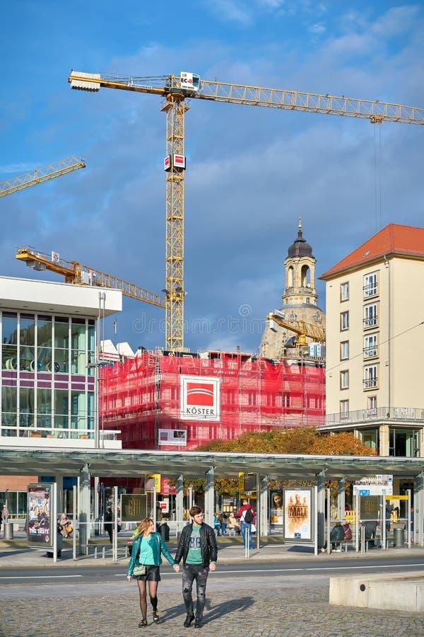 Guindastes de construção em um canteiro de obras em Dresden fotos de stock