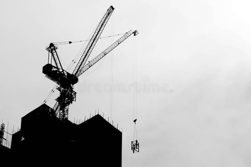 Guindastes de construção no canteiro de obras industrial imagens de stock royalty free