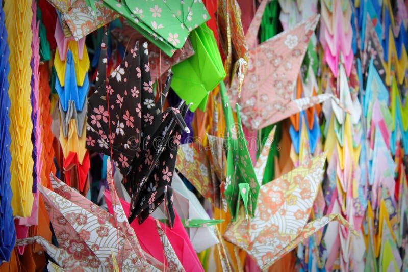 Guindastes de papel coloridos sortidos imagens de stock royalty free