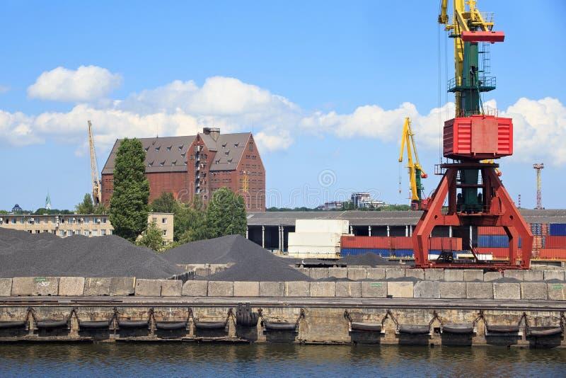 Guindastes de patíbulo pesados do porto no porto marítimo de Kaliningrad imagens de stock royalty free