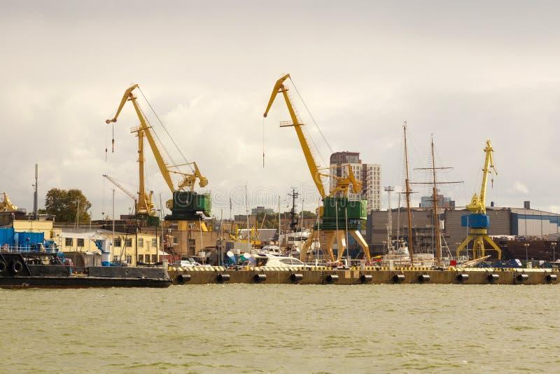 Guindastes de patíbulo pesados do porto no porto marítimo de Klaipeda fotografia de stock royalty free