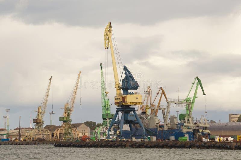 Guindastes de patíbulo pesados do porto no porto marítimo de Klaipeda imagens de stock royalty free