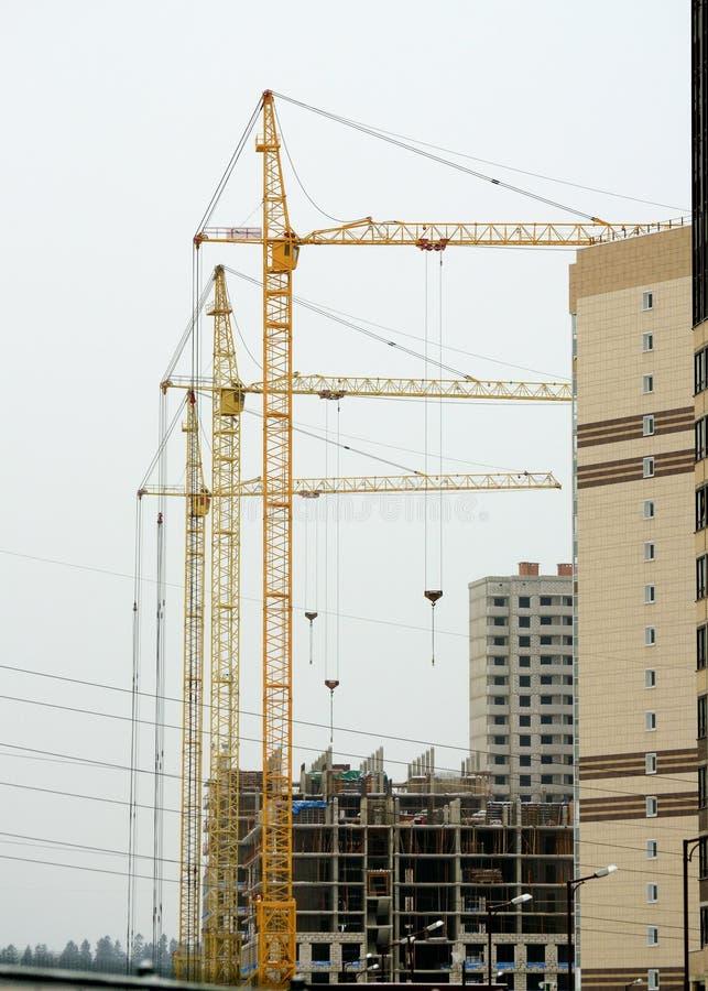 Guindastes de torre na construção foto de stock
