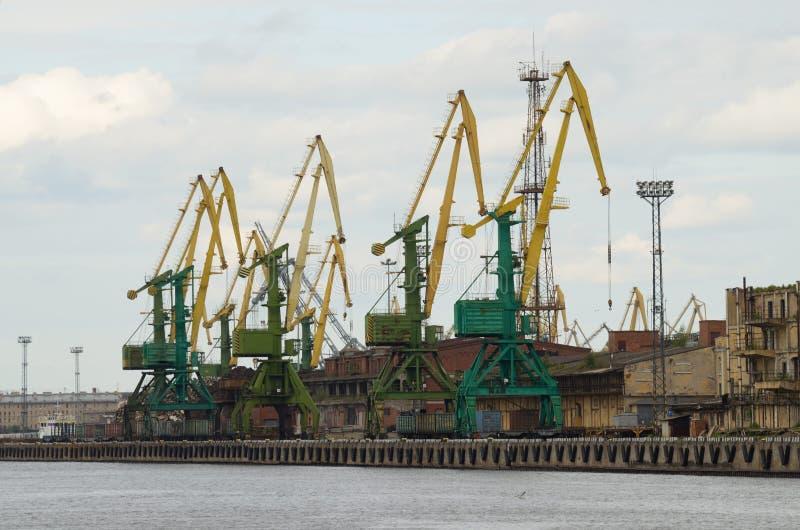 Guindastes de torre no porto fotografia de stock