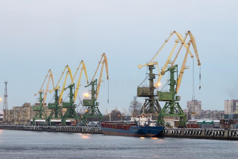 Guindastes de torre no porto foto de stock royalty free