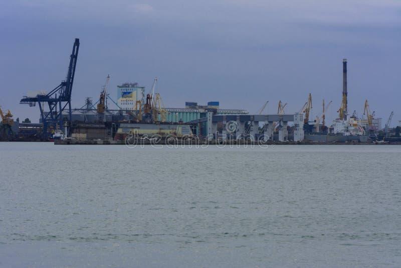 Guindastes de torre no porto mercante de Odessa foto de stock