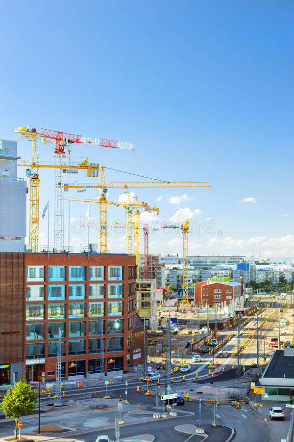 Guindastes do arranha-céus que trabalham na construção, Helsínquia imagem de stock