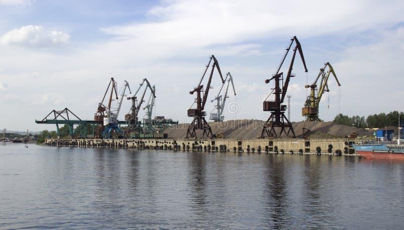 Guindastes do porto da carga fotos de stock royalty free