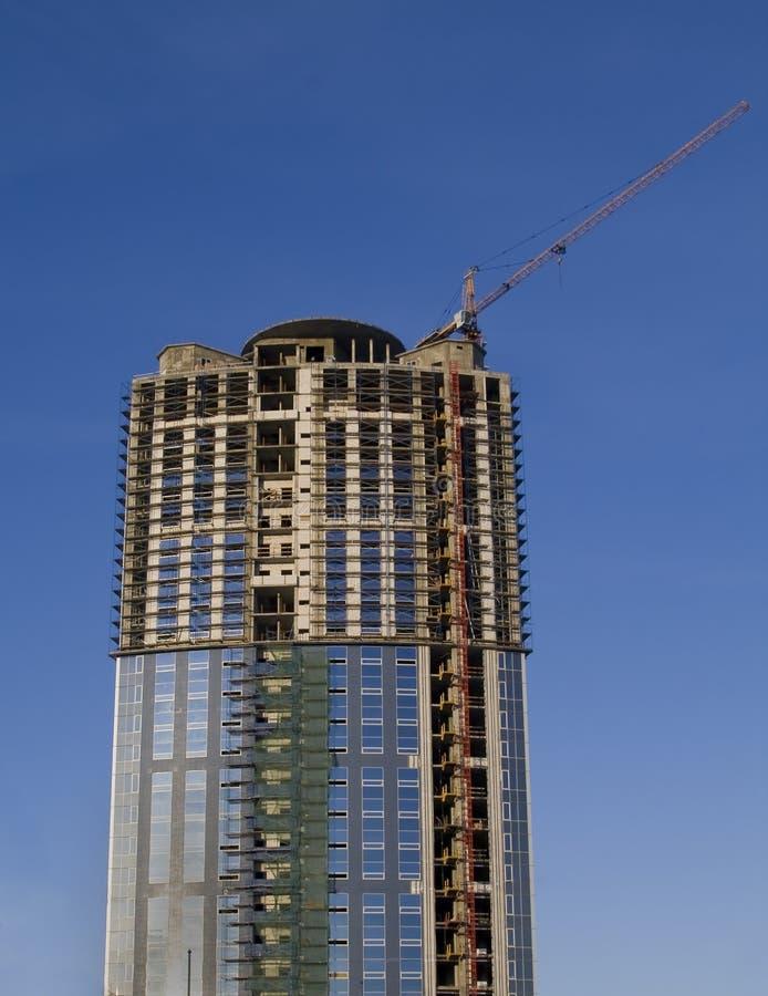 Guindastes e construção civil de um arranha-céus