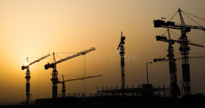 Guindastes e edifício industriais de construção ilustração do vetor