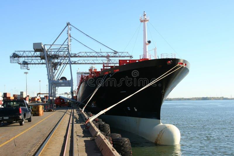 Guindastes e navio do recipiente imagens de stock