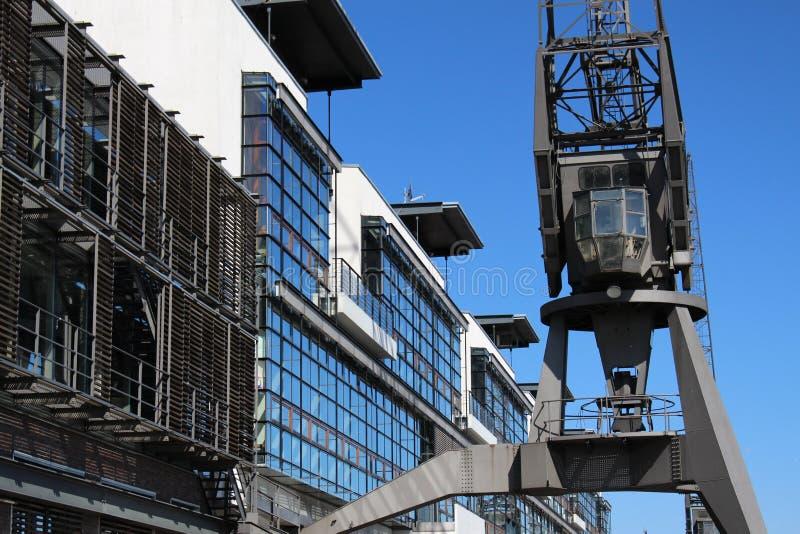 Guindastes históricos do porto no porto de Hamburgo foto de stock