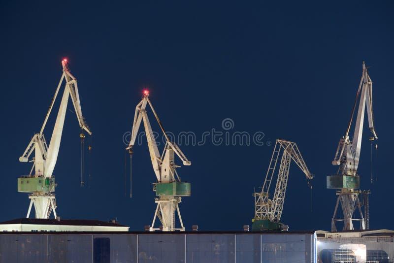 Guindastes industriais da carga na doca imagens de stock royalty free