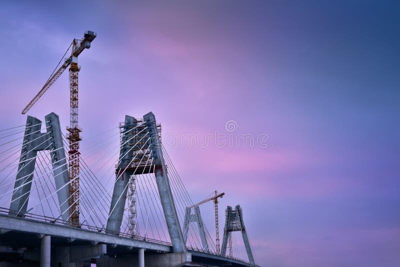 Guindastes na construção da ponte cabo-ficada Cracow poland imagem de stock