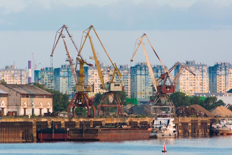 Guindastes nas docas de Nizhny Novgorod Vista das ruas da cidade velha do russo foto de stock