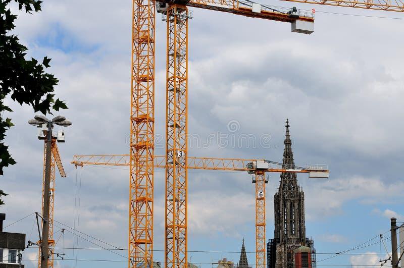 Guindastes no canteiro de obras em Ulm, Alemanha imagem de stock royalty free