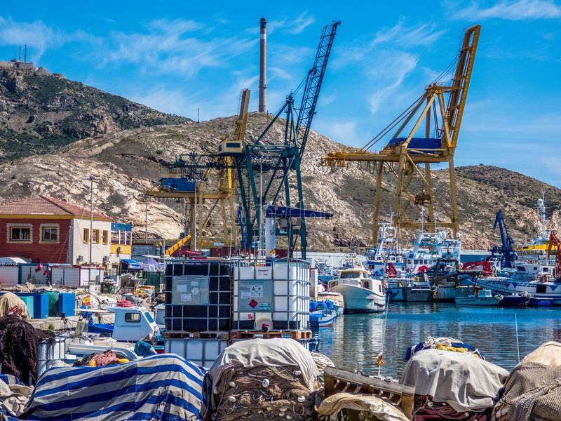 Guindastes no porto da carga do mar Cartagena, Spain imagem de stock