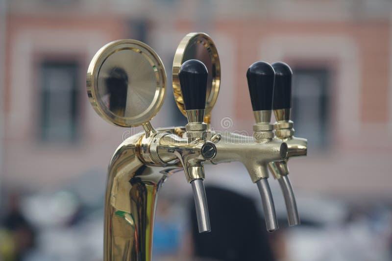 Guindastes para a cerveja de engarrafamento na rua foto de stock royalty free