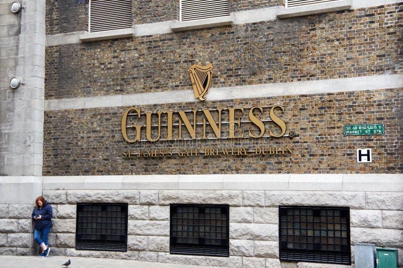 Guinness-Logo auf seinem Lagerhaus in Dublin lizenzfreie stockfotografie