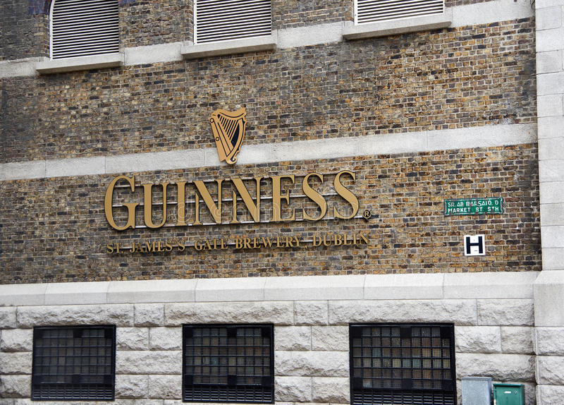 Guinness-Logo auf seinem Lagerhaus in Dublin lizenzfreie stockfotos