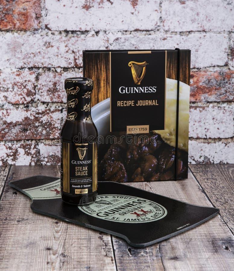 Guinness-Rezept-Zeitschrift und Steaksoße auf einem rustikalen Hintergrund stockbild