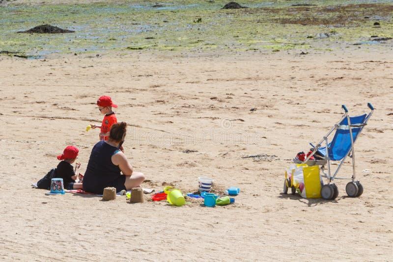 GUIPAVAS, FRANÇA – 1º DE JUNHO: família na praia, o 1º de junho de 2019 fotografia de stock royalty free