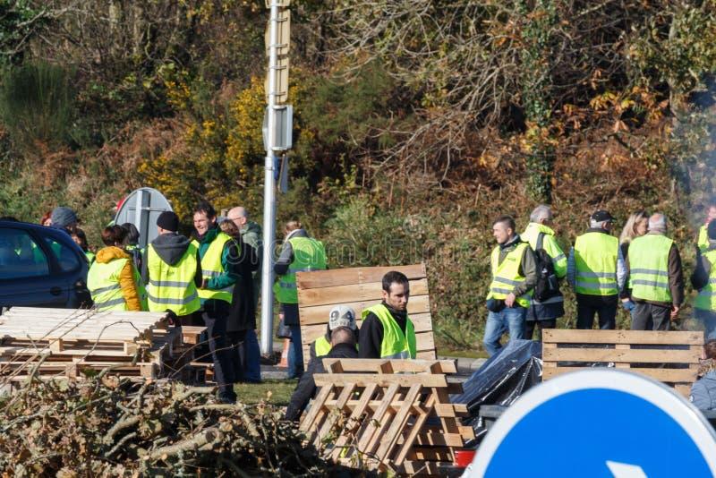 Guipavas, França - 24 de novembro de 2018: Os demonstradores chamaram vestes amarelas fotografia de stock